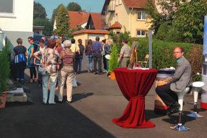 Viele Besucher: das freut auch Dirk Brill am Stand des Krematoriums